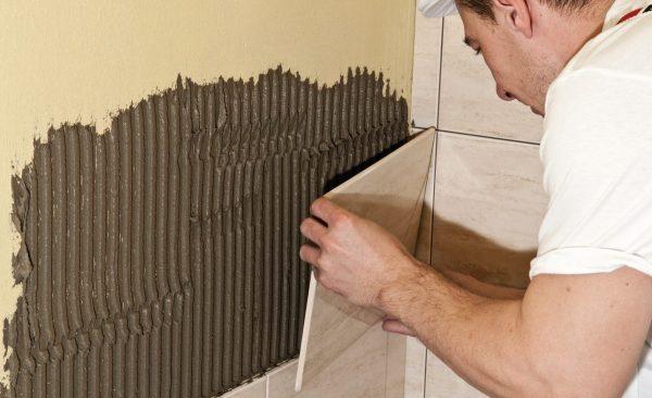 Наклеивание плитки на стену