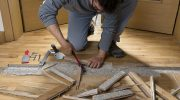Как снять деревянное покрытие с пола, если оно посажено на клей