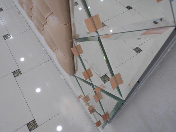 Монтаж зеркального панно