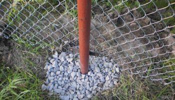 Как укрепить столбы забора, если бетонирование невозможно