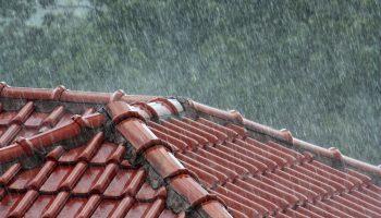 В дождь хоть из дома уходи: шумные кровельные покрытия, с которыми лучше не связываться