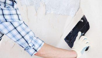 Процесс выравнивания стен под поклейку обоев