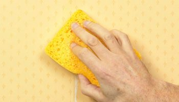 Как легко убрать лишний клей с полосы обоев