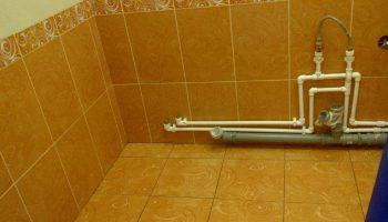 Как уложить плитку без косяков за водопроводные трубы в ванной или туалете