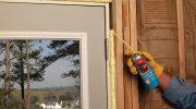 Как утеплить коробку уличной двери дома во время ее установки