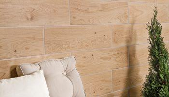 Особенности и преимущества керамической плитки под дерево