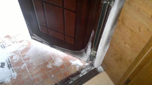 Что сделать, чтобы входные металлические двери не промерзали