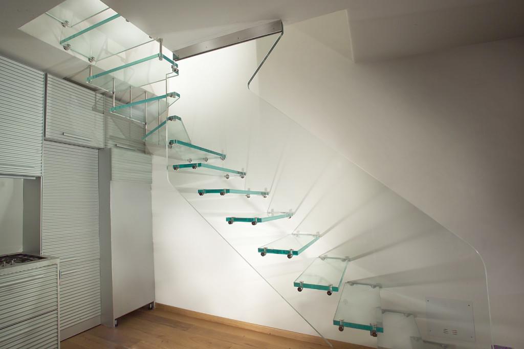 Особенности стеклянных ограждений для лестницы