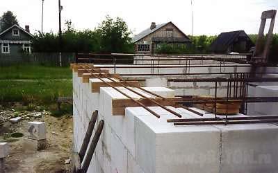 Дом из пенобетона. Начало строительства. Армированный пояс.