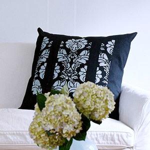 декорированная подушка для дивана