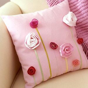 декорированная красивая подушка