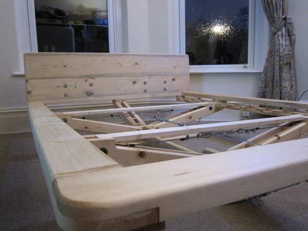 самодельная кровать из натурального дерева