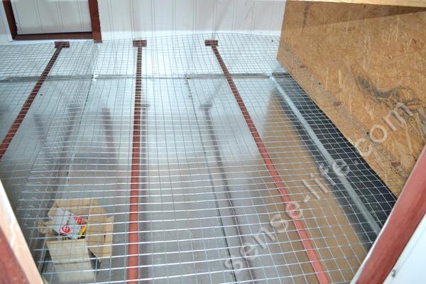 сетчатый пол в курятнике из сетки 25х25мм.