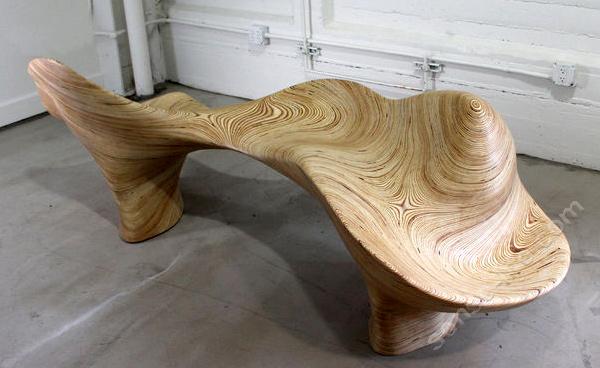 оригинальная лавочка в виде цельного массива дерева из фанеры