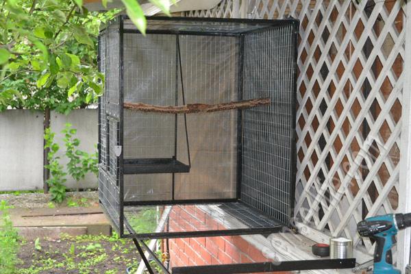 установка основной части вольера для попугаев